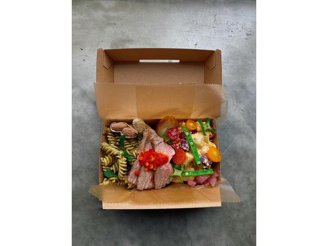 テイクアウトの人気メニューがこのデリボックス!自社農園で作った新鮮野菜をたっぷり使用しています♪