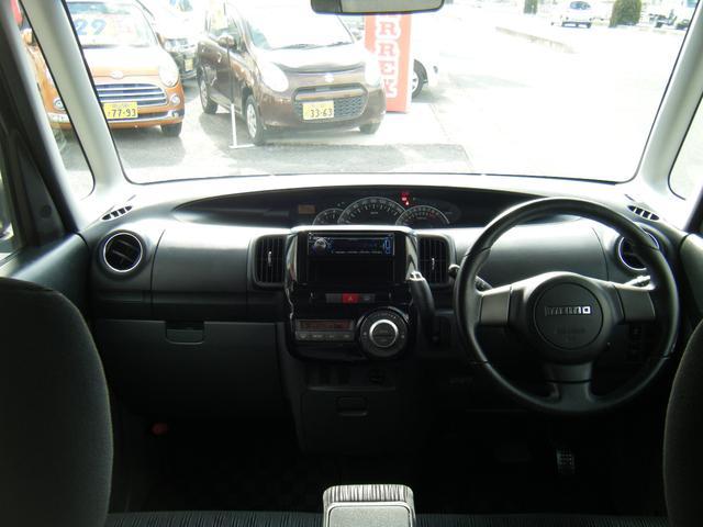それではまず内装から見ていきましょう。視野の広いフロントガラスは乗りやすさ抜群♪車内のにおいも無くクリーニング済みでキレイです。