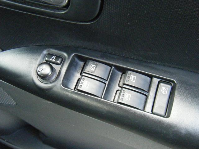 運転席のパワーウィンドウパネル。電動格納ミラーも動作バッチリ!車内に居ながらミラーの角度調節まで出来ちゃいます!
