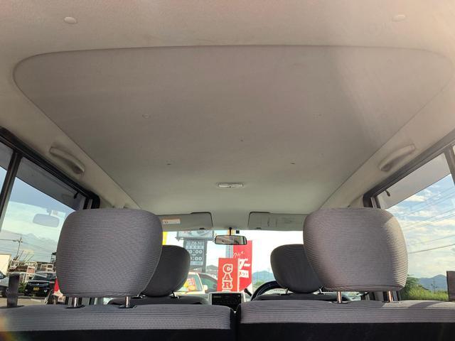 天井。こちらの車は禁煙車ですので、特に気になる匂いもありません。