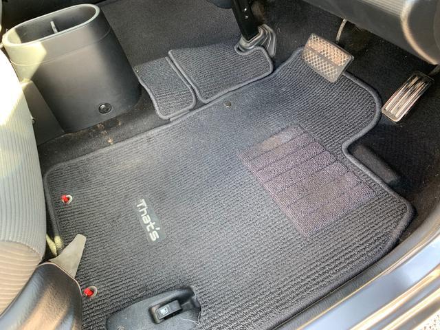 運転席フロアマット。かなり綺麗に使われています☆