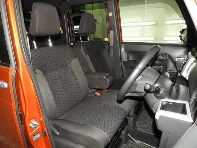 【前席】充分な広さを確保した、快適な前席!特に足元の広さをおわかり頂けますか?インテリアカラーも落ち着いたお色です♪アームレストも付いて、リラックスした姿勢で運転していただけます♪