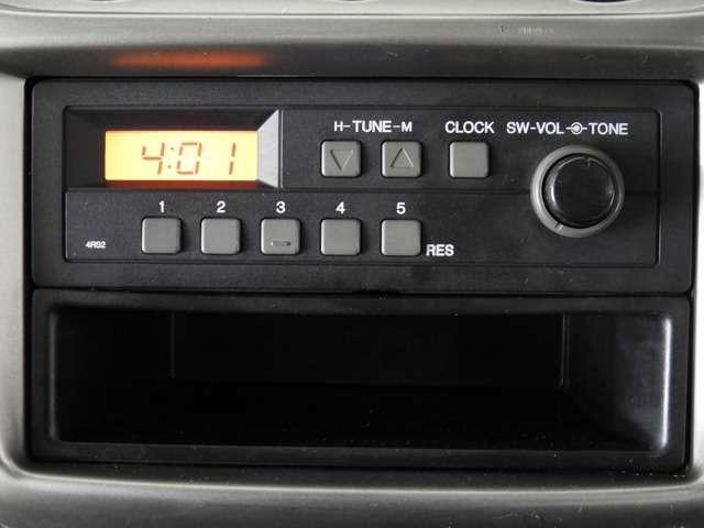 シンプルに純正AM/FMラジオを装備しています。下のポケットも結構便利で♪。
