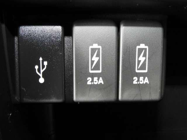 【USB】センターロアボックスには充電用USBジャックが2個装備されています。iPhoneはもちろん少しアンペアが高めのiPadも充電することが出来ます。運転しながら充電できますのでとても便利ですよ♪