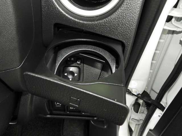 【ドリンクホルダー】ハンドルの右側にはドリンクホルダーが付いています。ちょうどての届く所にありますので、とっても便利です♪
