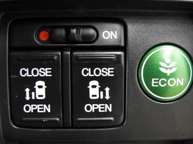 【両側パワースライドドア】両側がパワースライドドアになっており、運転席のスイッチやスマートキーでも開閉が可能です!開口部も広いので乗り降りも楽々♪更に横滑り抑制装置VSAも付いてます♪