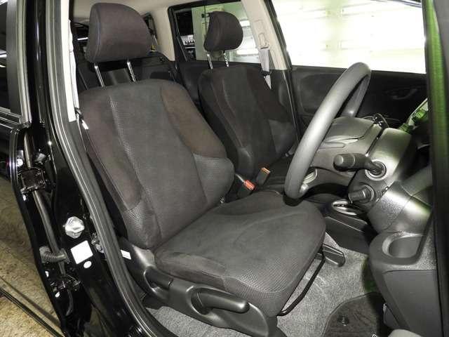 【前席】充分な広さを確保した、快適な前席!特に足元の広さをおわかり頂けますか?インテリアカラーも落ち着いたお色です♪