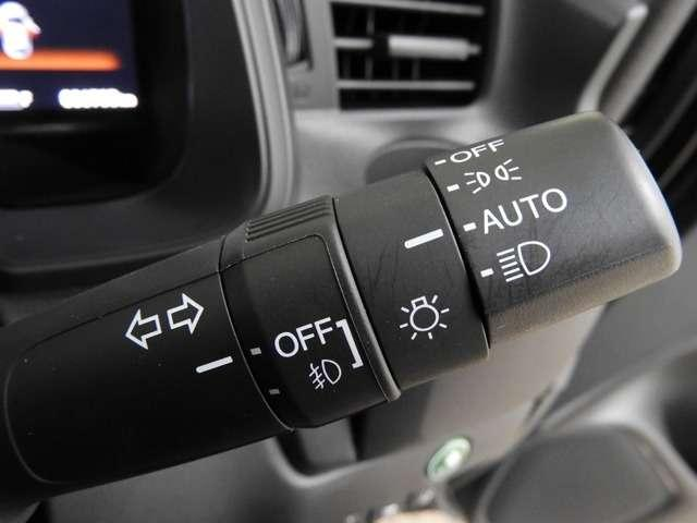 【オートライト】オートライトコントロールスイッチが装備されています 周囲の明るさに応じて自動でヘッドライトの点灯・消灯を行います。ものすごく便利です♪