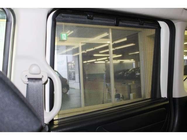 リア席サンシェードは日差しのまぶしさをやわらげ、室内の居心地を快適にします。プライバシーの保護にも役立ちます。