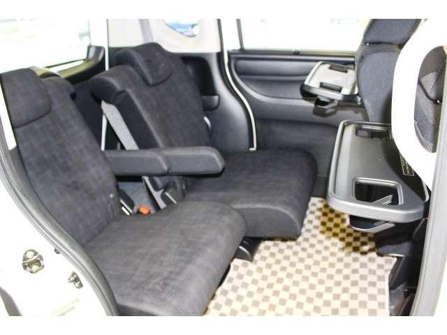 リア席は前にスライドして前席との距離を近づけることができます。シートバックテーブルも装備していますので、ちょっとした小物やペットボトルが2本置けます。