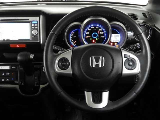 左側にはオーディオの操作ができるステアリングリモコンを装備♪右側にはクルーズコントロールスイッチ装備♪高速道路など加減速の少ない道で便利です♪長距離ドライブの疲れを軽減してくれる、嬉しい装備ですよね♪