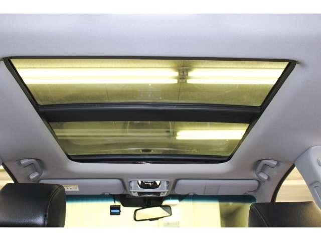 【電動パノラミックサンルーフ】スイッチ操作で天井部がスライドし、広大なサンルーフが出現します。ガラス部はさらに電動で開閉でき、チルトアップ機構も備えています。