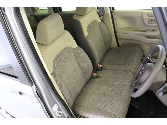 充分な広さを確保した、快適な前席!特に足元の広さをおわかり頂けますか?インテリアカラーも落ち着いたお色です♪
