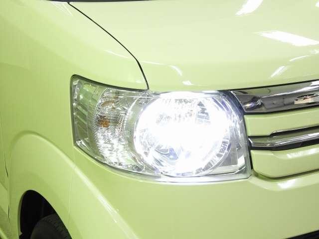 より広く遠くまで照らしてくれるディスチャージヘッドライトを採用しています。点灯忘れを防止できるオートライトコントロール機能付です。