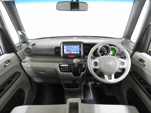 【前方視界】開放的な前方視界!運転がしやすく疲れにくいです♪コンパクトなおクルマですので、女性の方にもとっても運転しやすいですよ♪