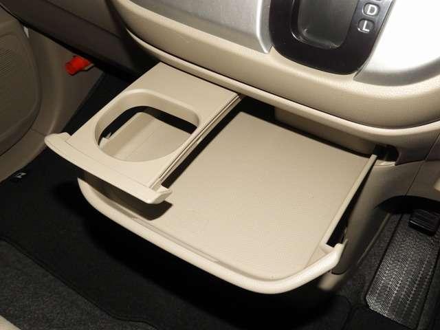 引き出して大きめトレイとして使用できる、運転席からも助手席からも自在に使えるドリンクホルダー付のトレイ。お菓子を置いたり、化粧ポーチを置いたり。ちょっとしたテーブル代わりに使えるトレイです♪
