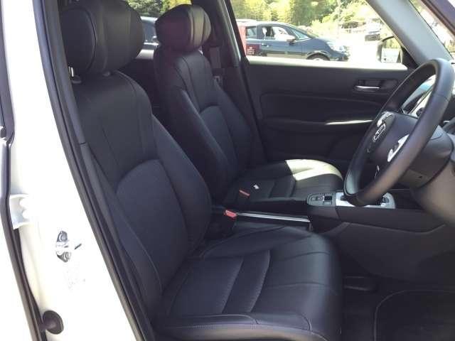 【前席】充分な広さを確保した、快適な前席!インテリアカラーも落ち着いたお色です♪リラックスした姿勢で運転していただけます♪