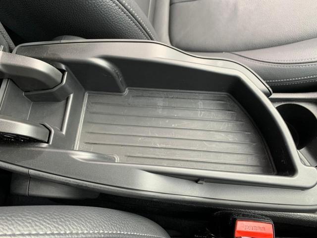 後部座席にも肘置きにドリンクホルダーがあり便利です!