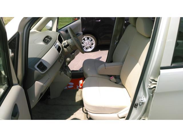 ベンチシートです!運転席・助手席の行き来もしやすく、駐車の時も便利ですよ!