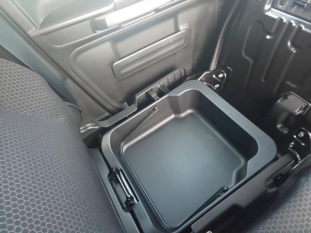 助手席シート下には収納ボックスがあります。