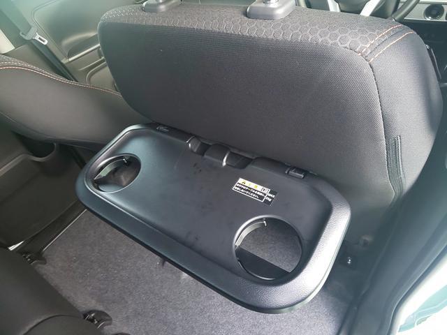 運転席後ろにはパーソナルテーブルを搭載。