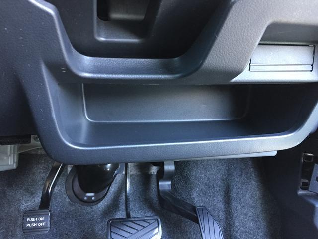 運転席の小物入れもあります。