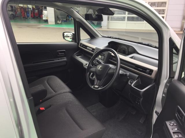 シンプルかつわかりやすい配置の運転席です。