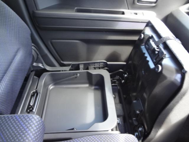 助手席下にも収納スペースあります。