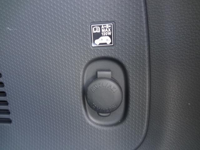 ラゲッジフロアにも12Vソケットあります。