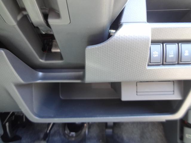 運転席下にも収納スペースあります