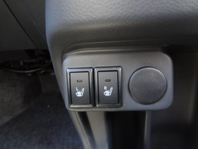 運転席、助手席側にシートヒーター付いています。
