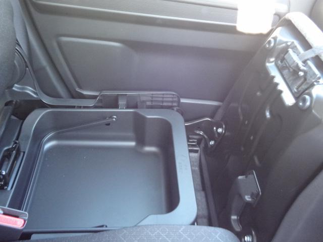 助手席下にも収納スペースあります