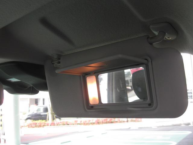 運転席サンバイザーには鏡がついており、女性にはうれしい装備です。