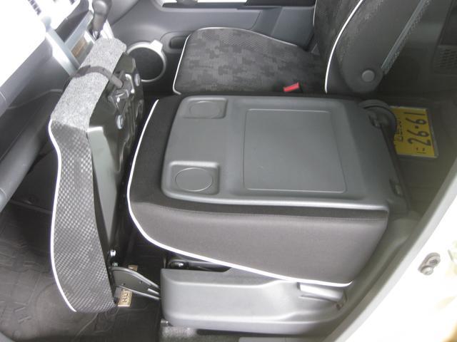 助手席シートバックはこのようにテーブルとしても使えます。