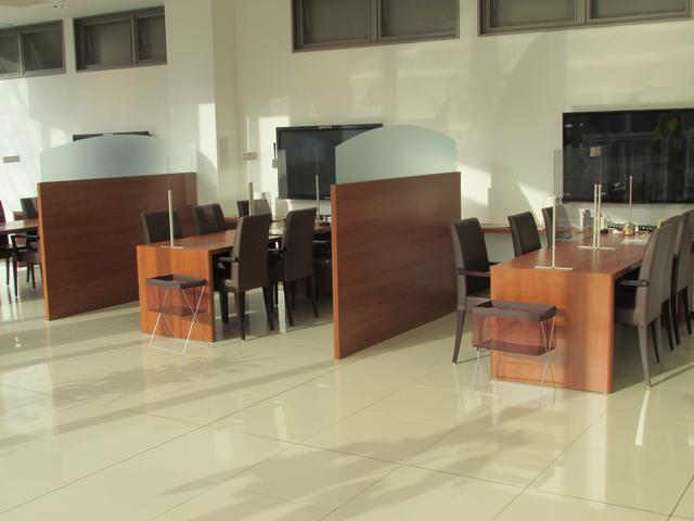 商談コーナーでは大型モニターを3台設置。