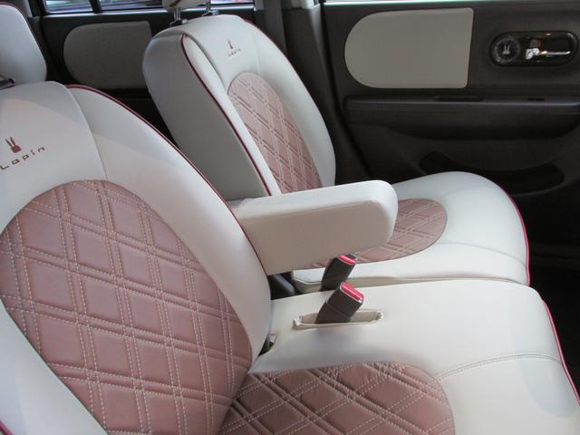 【フロントシート】幅をたっぷりと確保したフロントシートに、大きな背もたれでゆったりできるリヤシート。まるで車内に大きなソファが2列あるような空間で、いそがしい毎日にくつろぎの時間が生まれます。