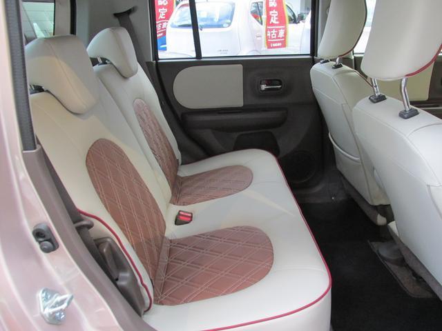 【リヤシート】幅をたっぷりと確保したフロントシートに、大きな背もたれでゆったりできるリヤシート。まるで車内に大きなソファが2列あるような空間で、いそがしい毎日にくつろぎの時間が生まれます。