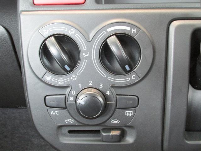 エアコン操作はマニュアル式。