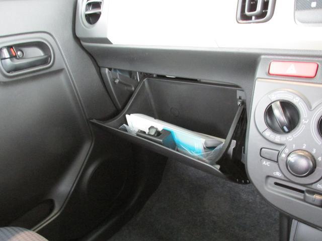 グローブボックスは車検証入れはもちろん、その他収納できる大型です。