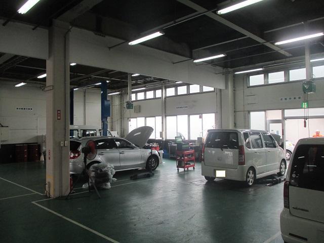 こちらの工場で車検整備や点検などをしています♪お車について気になることがあればお立ち寄り下さい♪