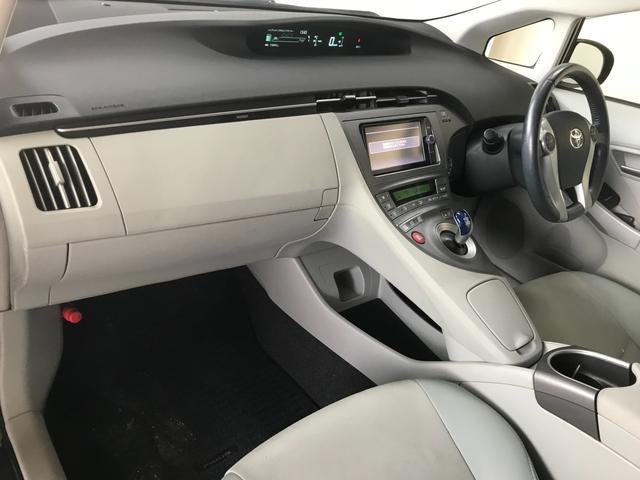 こちらのお車の内装の特徴は白を基調としたデザインのハーフレザーシートが特徴です!