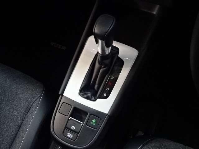 【シフトレバー】オートマチックシフトレバーは手になじみ操作しやすい形状で安全運転にもつながります。