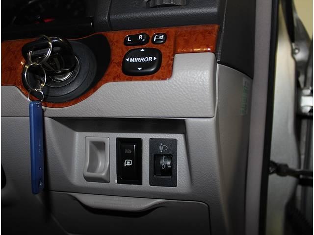 便利な電動格納ミラー&キーレスエントリー&ライトレべリングは標準装備されてます☆更にヒーテッドドアミラーのスイッチも扱いやすい位置にあります♪