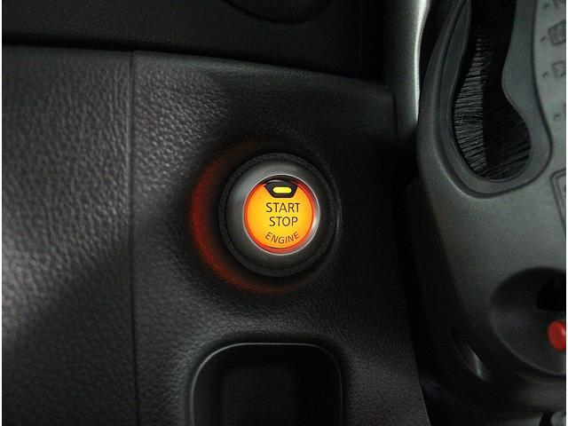インテリキー&プッシュスタート採用でメインキーをバッグやポケットに入れておいても、リクエストスイッチを押すだけでドアの開錠&施錠やプッシュボタンを押せばエンジンON/OFFが可能です。