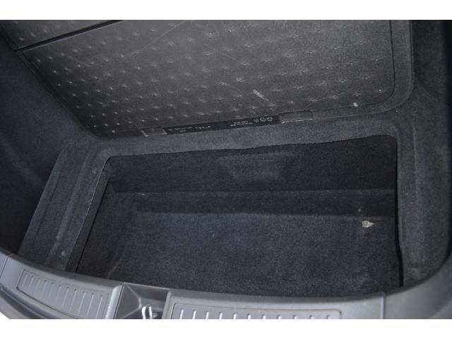 トランクの下にも収納スペース!