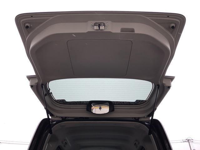 樹脂製のバックドアを採用し、小柄な方でも手が届きやすいハンドルを設定。