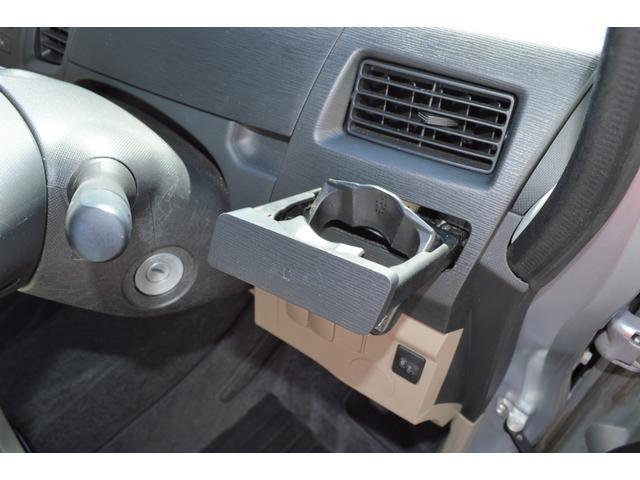 ☆運転席側には収納式のドリンクホルダーがあるので置き場所に困りません♪☆