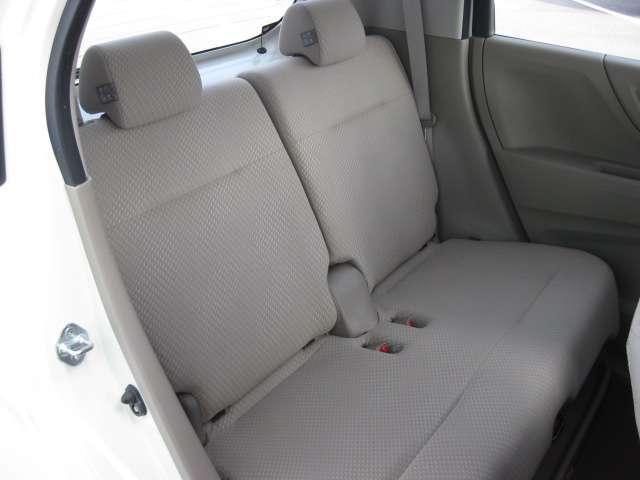 2列目シートも足元はゆったりしており快適にお座り頂けます。チャイルドシートの取り付けにも対応しており、後部座席にお乗りの方も楽しく広々と使用出来ます。