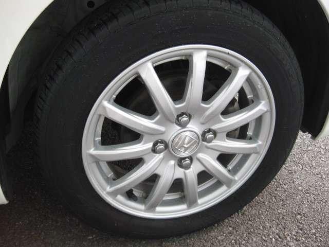 純正アルミホイールで足元が引き立ちます。タイヤの空気圧は燃費・ステアリング等に影響しますので、こまめなチェックをお願い致します。