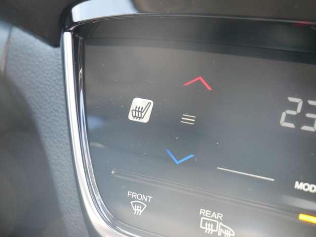 【シートヒーター】 雨の日などの冷えた車内でも、シートから冷えた体をじんわりと暖めてくれます。